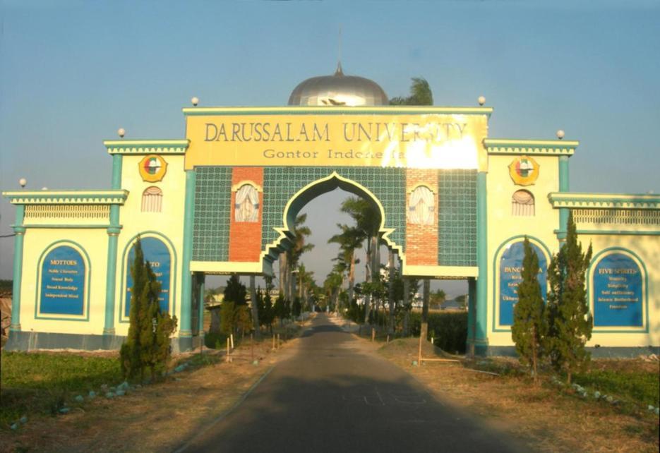 gerbang masuk area kampus darussalam university isid gontor siman ponorogo
